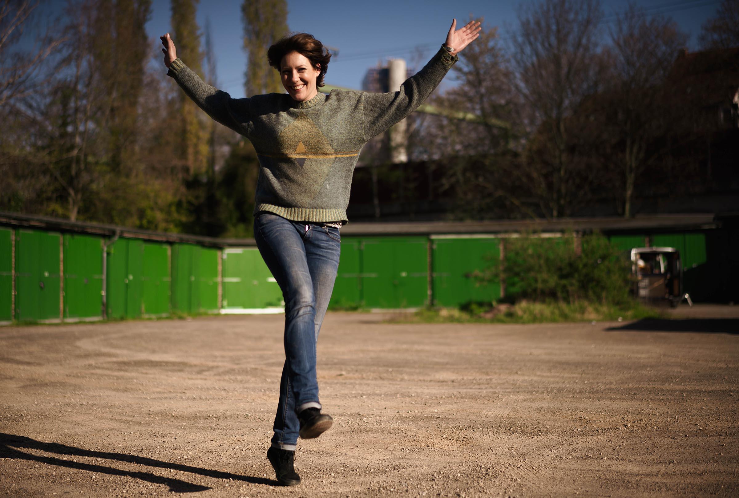Stephanie Meisenzahl Schauspielerin hüpfend beim Outdoor Shooting